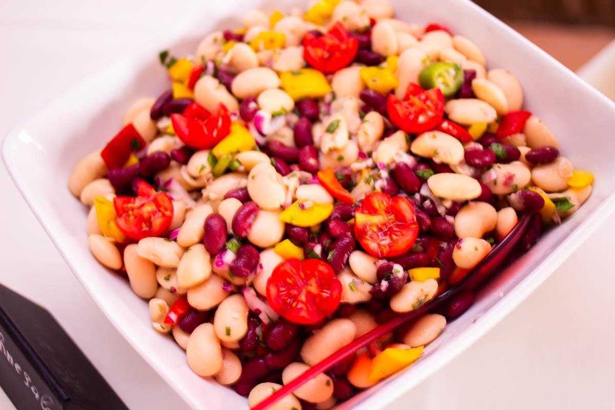 buntes Salatbuffet zum Sommerfest